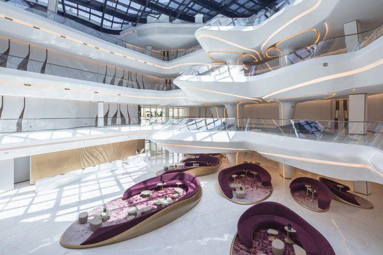 Gli interni dell'Opus di Dubai nel quartiere Burj Khalifa portano la firma di Zaha Hadid