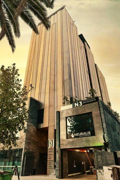 La facciata dell'hotel Nodo in Cile si autopulisce e purifica l'aria circostante grazie alle lastre Laminam