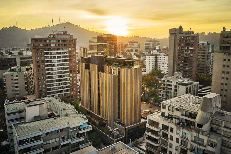 La facciata dell'hotel Nodo in Cile si autopulisce e purifica l'aria circostante