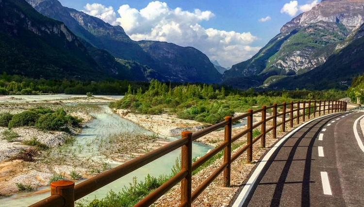 Tratto di ciclabile delle Dolomiti