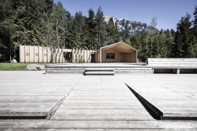 I due volumi della casa sul lago in provincia di Bolzano e la piattaforma in legno
