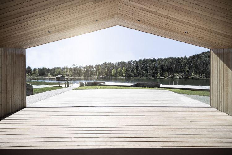 Vista sul lago dal blocco della zona ristoro della casa sul lago in provincia di Bolzano