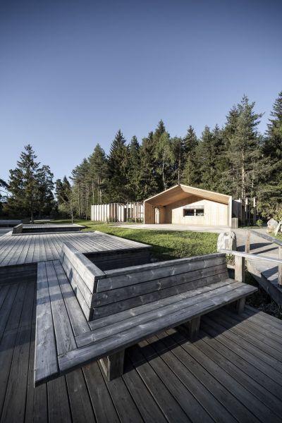 Legno di larice e pavimento in porfido per la casa sul lago in provincia di Bolzano