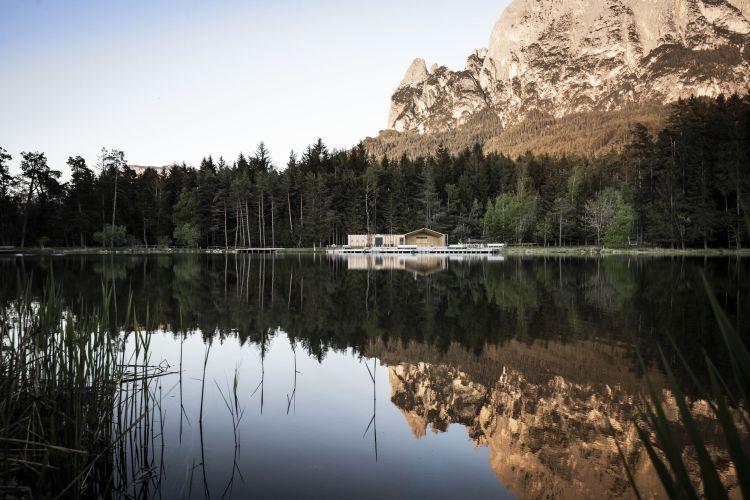 Il lago e la schwimmhütte
