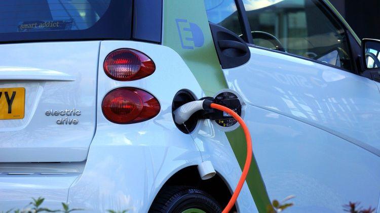 Vendite triplicate nel 2020 per le auto elettriche, la quota di mercato arriverà al 10%