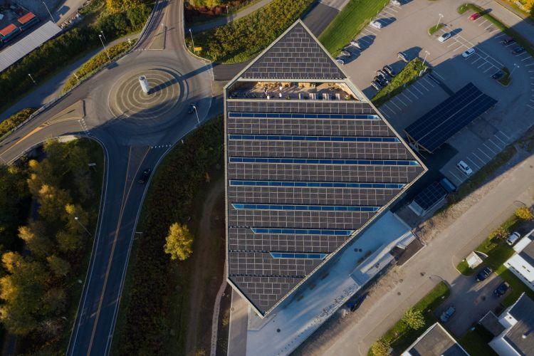Il tetto fotovoltaico e inclinato del Powerhouse Telemark a Porsgrunn