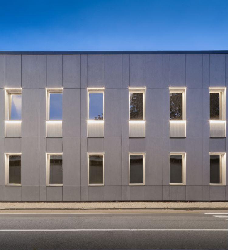 La facciata illuminata della nuova sede ASM di Vercelli