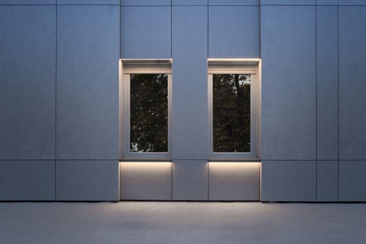 Strisce di luci Led integrate nella facciata della nuova sede dell'ASM di Vercelli
