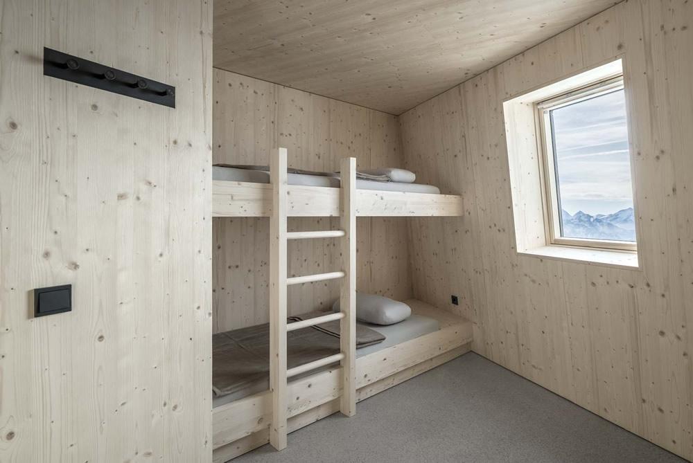 Una delle camere del rifugio alpino Al Sasso Nero