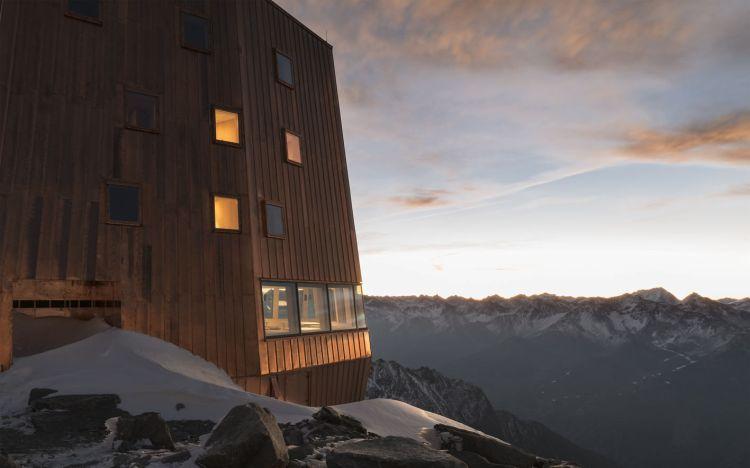Dettaglio del rifugio Al Sasso Nero sulle Alpi italiane