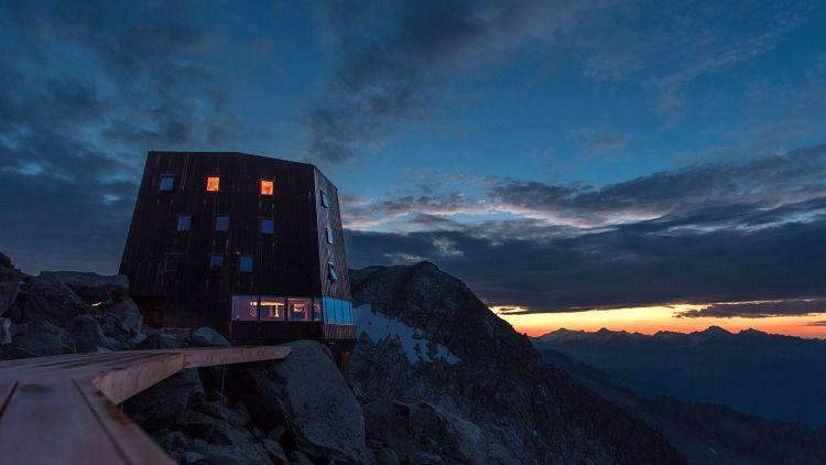 Al Sasso Nero: rifugio rivestito di rame sulle Alpi