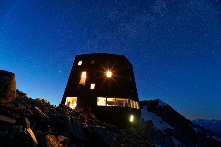 Al Sasso Nero: il rifugio rivestito in rame sulle alpi italiane