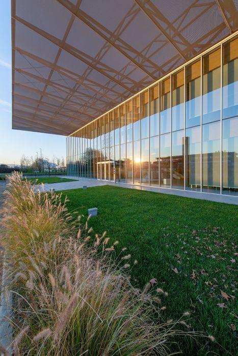 Nuovo quartier generale di Iperceramica: Grandi vetrate per dare trasparenza e luce naturale agli ambienti interni