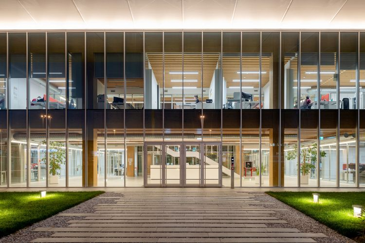 quartier generale di Iperceramica a Fiorano Modenese: luce naturale e tanto verde
