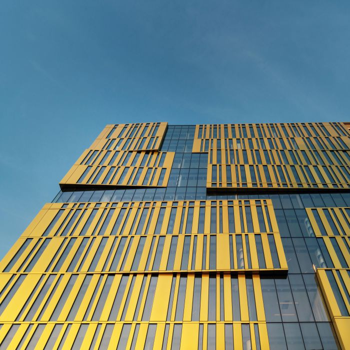 La facciata di The Sign a Milano si compone di una serie di lembi dorati