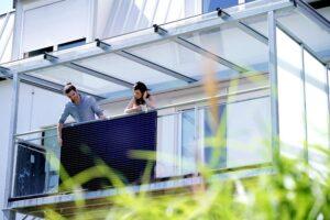 EET raggiunge l'Italia con LightMate, il sistema fotovoltaico Plug&Play