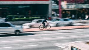 Mobilità sostenibile per città resilienti: cosa serve all'Italia per muoversi bene