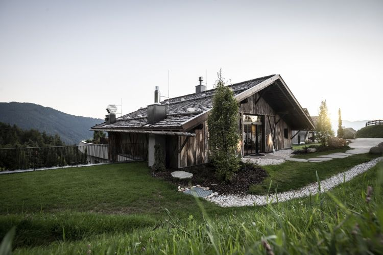 L'accesso all'hotel Gfell a Fiè dello Sciliar avviene attraverso l'antico fienile ristrutturato