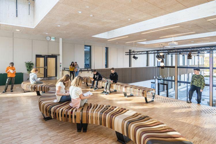 Interni di Torvbråten: scuola sostenibile in Norvegia in legno Kebony