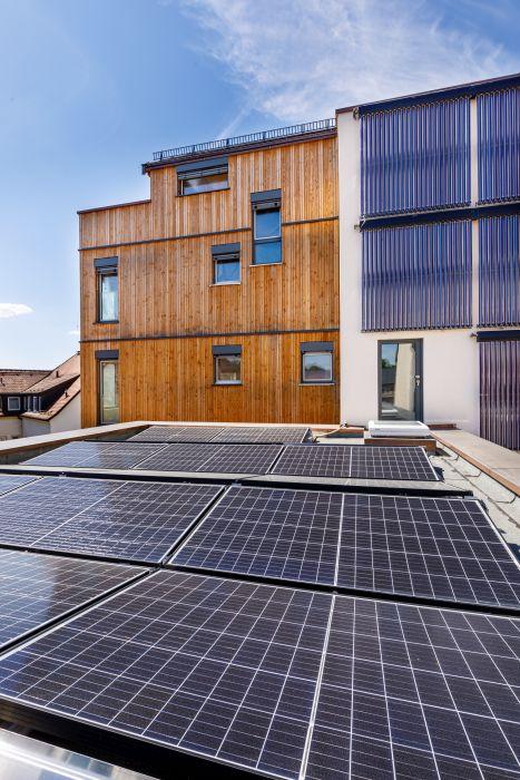 Il tetto fotovoltaico dell'edificio in legno realizzato a Bayreuth