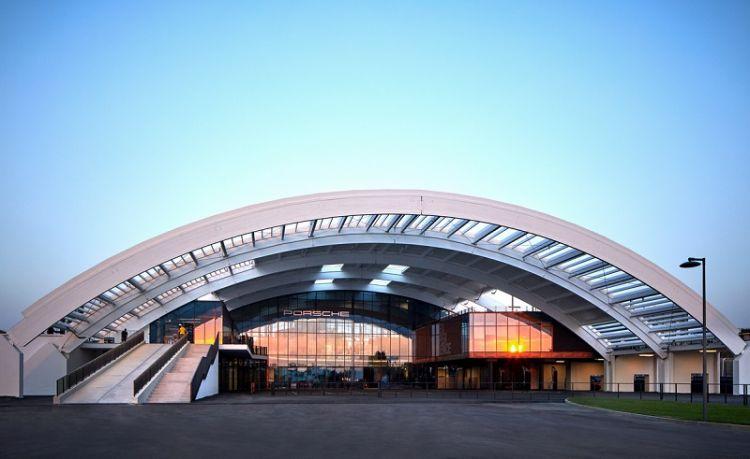 La struttura ad arco del Porsche Experience Center di Castrezzato